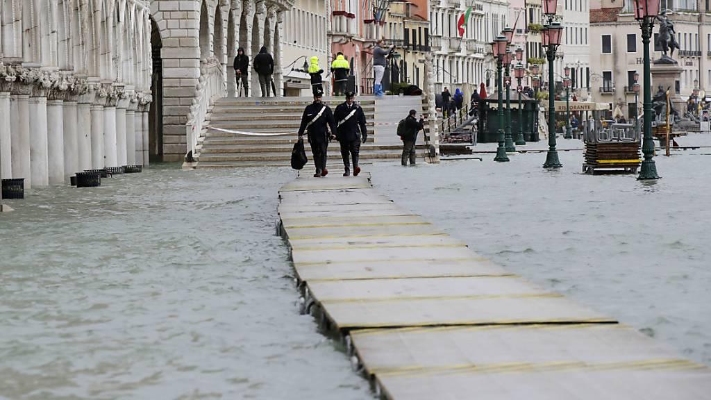 Markusplatz in Venedig nach neuem Hochwasser wieder gesperrt