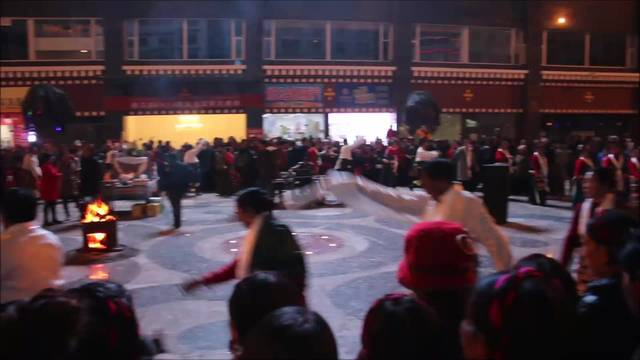 Tibetischer Volkstanz in Yajiang: Dieser wird jeden Abend aufgeführt - und das nicht für die Touristen