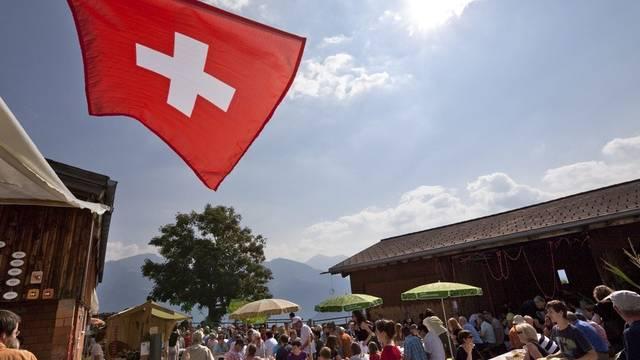 Bei strahlendem Sommerwetter geniessen die Gäste den traditionellen 1. August-Brunch auf einem Bauernhof im Bündnerland (Archiv)