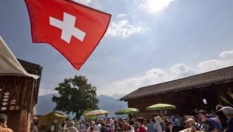 Bei strahlendem Sommerwetter geniessen die Gäste den traditionellen 1.-August-Brunch auf einem Bauernhof im Bündnerland (Archiv)