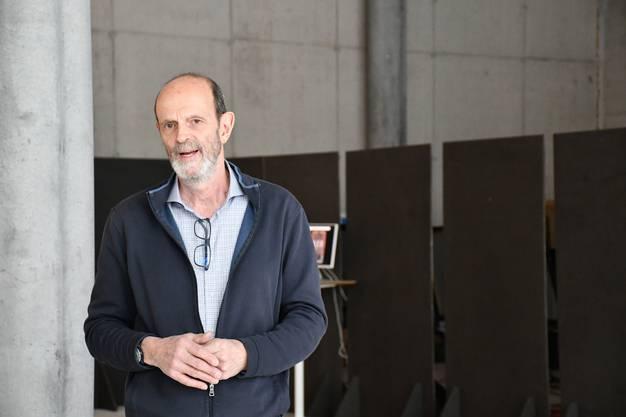 Künstler Bernhard Chiquet begrüsst die Besucher der Vernissage.