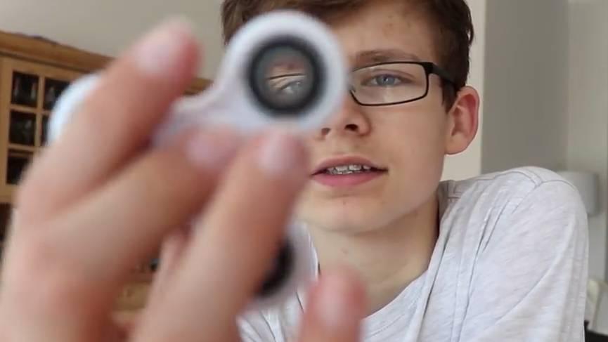 Jung-Youtuber Marius zeigt Fidget-Spinner-Tricks für Anfänger.