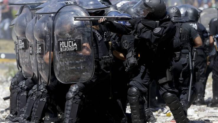 Bei den Zusammenstössen zwischen Protestierenden und Sicherheitskräften in Buenos Aires gab es auf beiden Seiten Dutzende Verletzte.