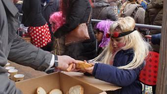 «En Guete!» Der frühere Ehrenkammerer Traugott Gretler (links) verteilte mit seinen Kollegen Wienerli mit Brot quasi im Akkord.