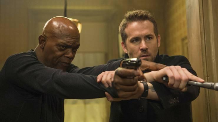 """Samuel L. Jackson (l) und Ryan Reynolds spielen die Hauptrollen in """"The Hitman's Bodyguard"""". Die Action-Komödie zog am Wochenende vom 31. August bis 3. September 2017 am meisten Filmfans in die Deutschschweizer Kinos. (Archiv)"""