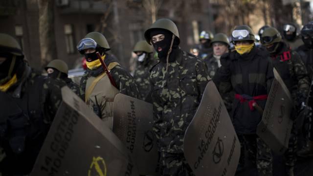 Anhänger der Opposition ziehen in Kiew zum Parlament