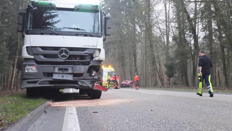 Aus noch ungeklärten Gründen kam ein Auto ausserorts auf die Gegenfahrbahn und stiess mit einem Lastwagen zusammen.