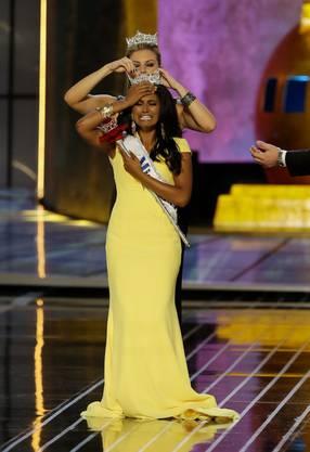 Nina Davuluri bekommt die Krone aufgesetzt