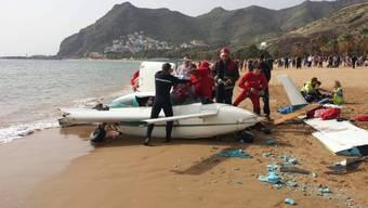 Die Trümmer des Kleinflugzeugs am Strand Las Teresitas auf Teneriffa.