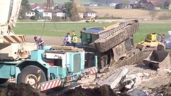 Dieser 16-Tonnen-Bagger kippte in Hendschiken um.