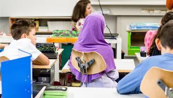 Kopftuchtragen in der Schule ist erlaubt – auch weil es den Unterricht nicht tangiert. Doch was ist mit dem Händedruck?
