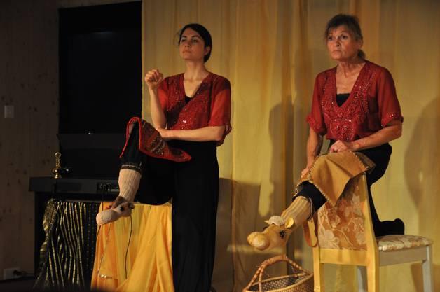 Raffaella Popp (l.) und Mirca Dalla Piazza Popp erzählten die Geschichte von den zwei Kamelen mit trickreichen Hilfsmitteln.