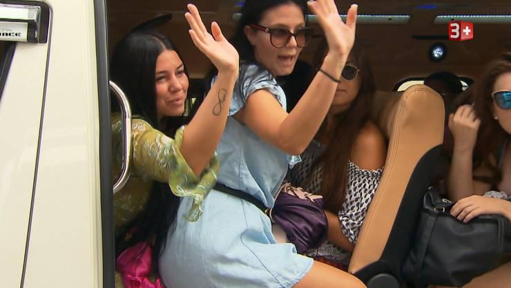 Deborah und Ramona quetschen sich in den bereits überfüllten Bus, um sich einen Platz auf der Party-Yacht zu ergattern.