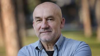 """Der Autor Karl Rühmann wurde 1959 im ehemaligen Jugoslawien geboren und lebt heute in Zürich. Mit seinem für den Schweizer Buchpreis 2020 nominierten Roman """"Der Held"""" untergräbt er vermeintliche Wahrheiten zur Frage nach Schuld im Krieg."""