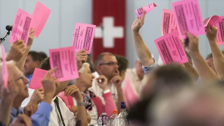 Einstimmig für die Selbstbestimmung: Die SVP-Delegierten haben am Samstag in Unterägeri ZG die Parolen zu den kommenden Abstimmungen gefasst. Im Zentrum stand ihre eigen Selbstbestimmungsinitiative.