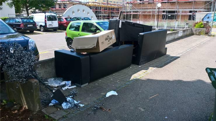 Nicht immer wird der Abfall vorschriftsgemäss entsorgt: Wilde «Sofa-Deponie» in der Siedlung Freimatt.at.