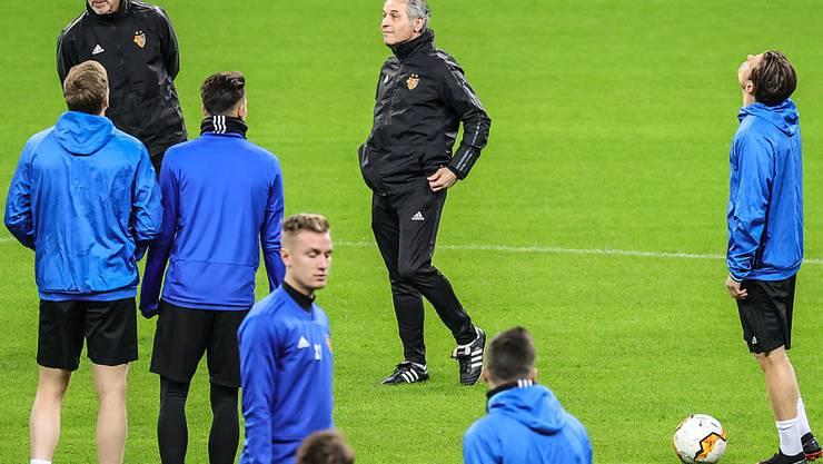 Der FC Basel (in der Bildmitte Trainer Marcel Koller) wird zweimal bei Eintracht Frankfurt antreten