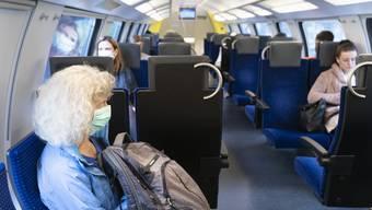 Eher die Ausnahme als die Regel: Eine Zugpassagierin mit Schutzmaske.