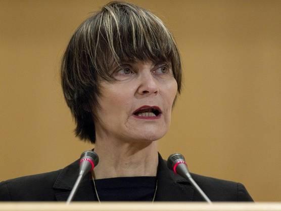 ...knapp vor der neuen Bundespräsidentin Micheline Calmy-Rey.