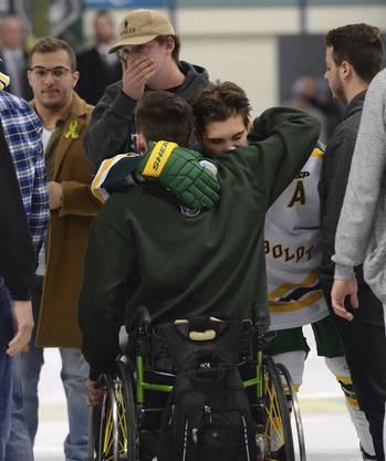 Broncos Spieler Brayden Camrud (26) umarmt seinen ehemaligen Teamkollegen Jacob Wassermann, der jetzt im Rollstuhl sitzt.