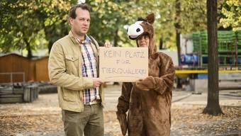 Olivier Bieli protestiert auf dem Petersplatz gegen das Pony-Karussell, das dort für die Basler Herbstmesse aufgebaut wird.