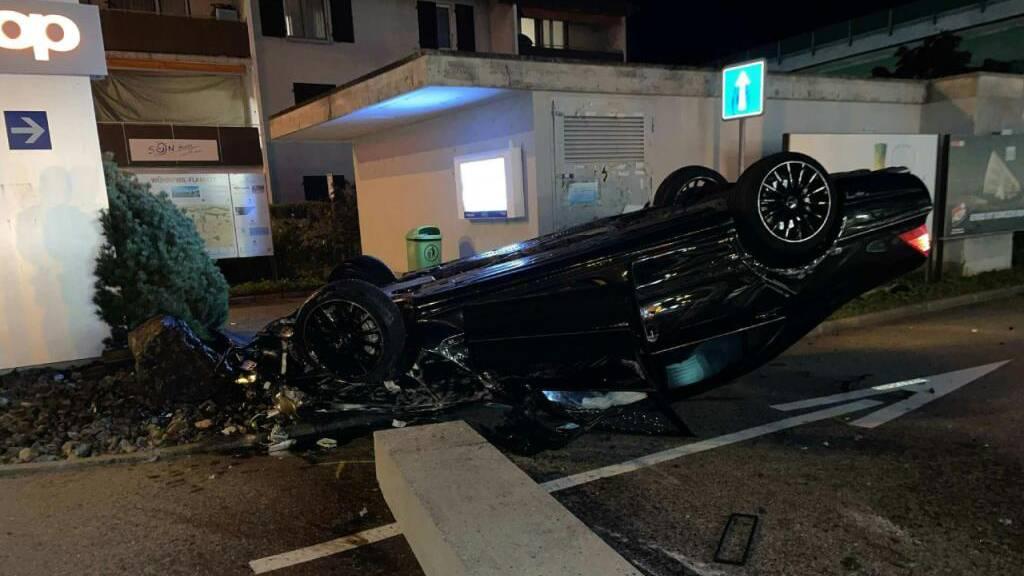Drei Verletzte bei spektakulärem Autounfall in Flamatt