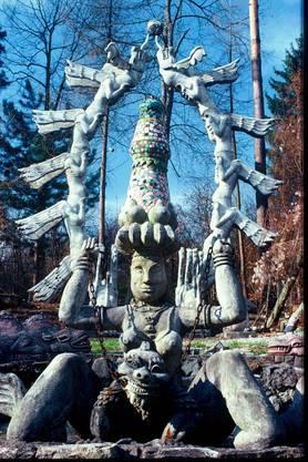 «Drachentor» (1983), im Vordergrund erste Aussenskulptur: «Quellgöttin» (1970).