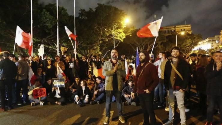 Demonstranten in Maltas Hauptstadt Valletta fordern den sofortigen Rücktritt von Premierminister Joseph Muscat. (Archivbild)