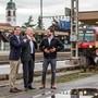 Thierry Burkart, Stephan Attiger und Cédric Wermuth (v. l.) feiern in Rupperswil den Erfolg des überparteilichen Komitees Bahnanschluss Mittelland. Die heisse Phase im Kampf für eine bessere Bahnanbindung steht noch bevor.