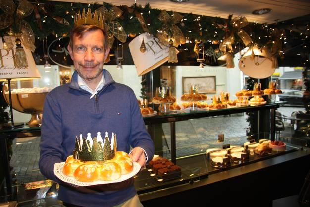 Philipp Hofer ist stolz auf seinen Dreikönigskuchen.