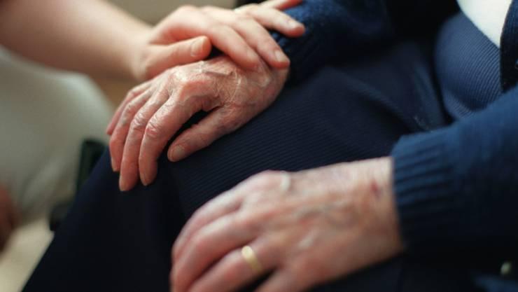 Besonders Seniorinnen und Senioren in Pflege sind oft Opfer von Gewalt, Misshandlung und Betrug, wie die Zahlen der WHO belegen.