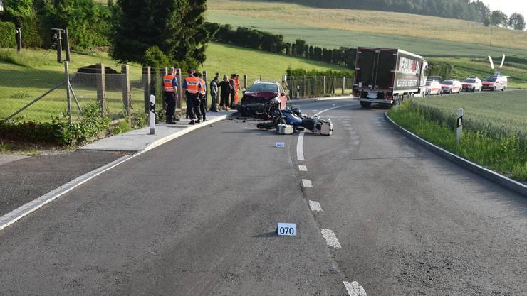Beim Überholen eines Lastwagens, schwenkte der Motorradfahrer auf die Gegenfahrbahn und kollidierte frontal mit einem entgegenkommenden Auto.