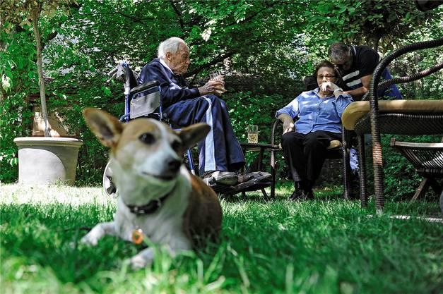 Zwei Tage vor dem Tod: David Goodall erholte sich im Garten eines Basler Hotels von den Strapazen seiner Weltreise.