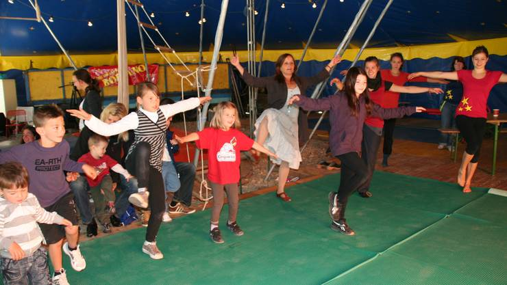 Gleichgewicht: Zusammen mit der Clownfrau Gardi Hutter beweisen die fröhlichen Kids Standfestigkeit.  Regina Erb