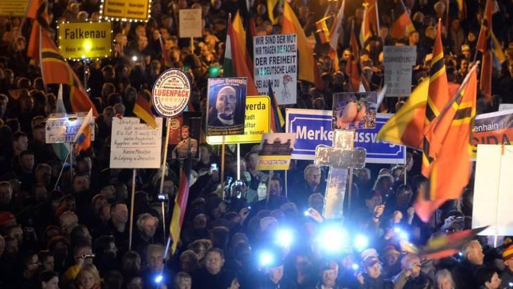 Pegida-Anhänger demonstrieren in Dresden. (Archiv) Die Dresdner Staatsanwaltschaft führt ein Ermittlungsverfahren gegen die Frontfrau der fremdenfeindlichen Pegida-Bewegung Tatjana Festerling.