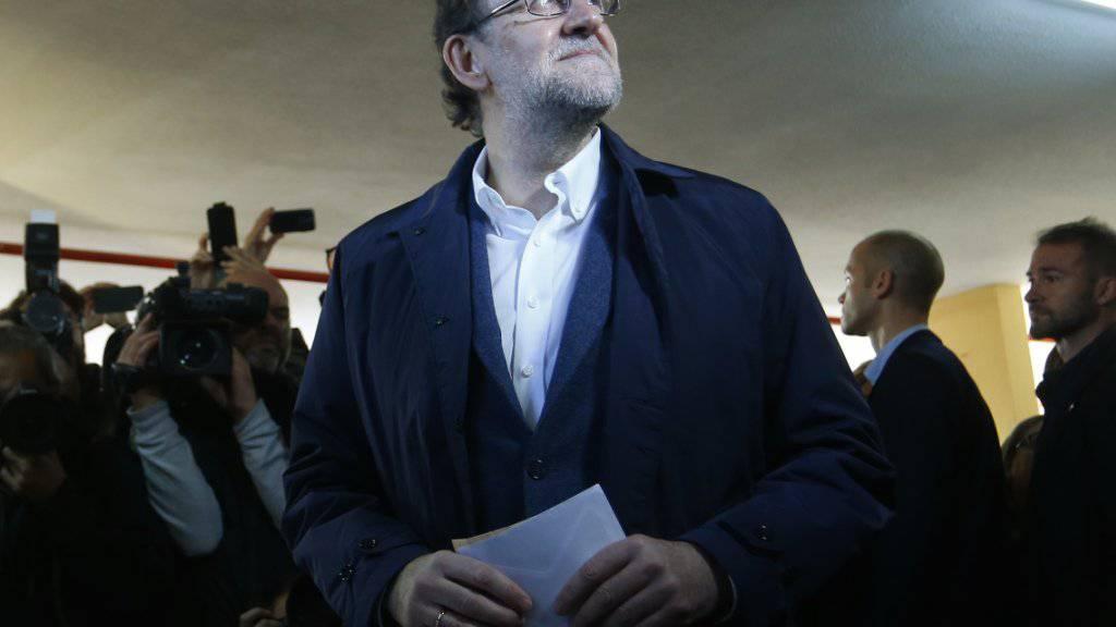Der spanische Ministerpräsident Mariano Rajoy bei der Stimmabgabe noch hoffnungsvoll. Gemäss Nachwahlbefragungen verliert seine Partei PP bei den Parlamentswahlen aber die Mehrheit.