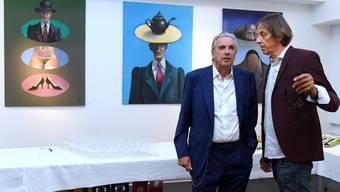 Kunstmaler Jörg Binz (links) mit Redner Pedro Lenz bei der Vernissage der Ausstellung Mitte September.
