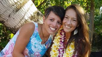 Beide strahlen: Susann Schuh (links) und Amanda Eller beim grossen Fest auf Hawaii.