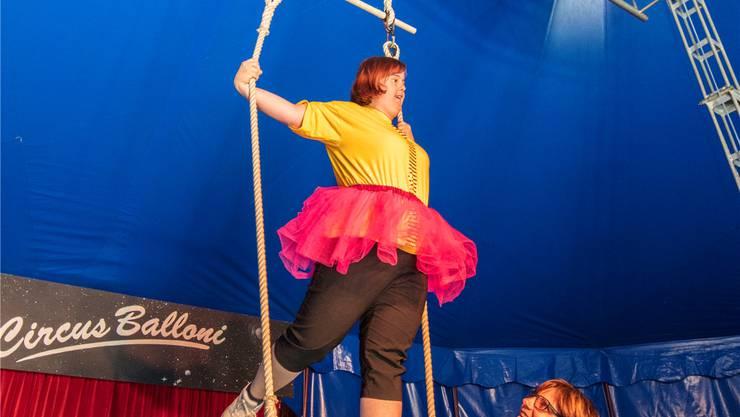 Diese Teilnehmerin zeigt ihr Können am Trapez. zvg