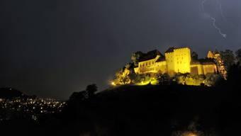 Schloss Lenzburg wird täglich von 19.00 bis 0.30 Uhr beleuchtet.
