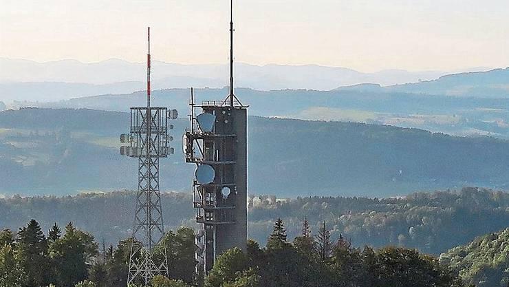 Der Mastturm in schlanker Fachwerk-Konstruktion kommt auf der Felsenegg unmittelbar neben den bisherigen massiven Richtstrahlturm aus Beton zu stehen. Bildmontage: Swisscom Broadcast AG