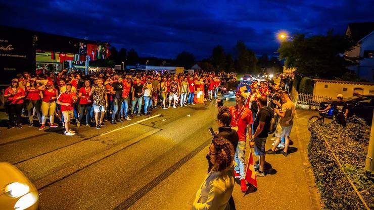Am 22. Juni feierten die Fussballfans den Sieg der Schweiz auch auf der Kantonsstrasse vor der Wave-Bar in Muri. Zu laut und zu gefährlich, meint einer der Anwohner, der Zeuge dieses Treibens war.
