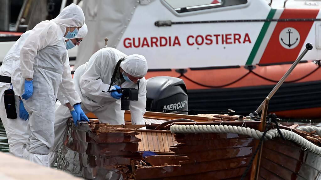 Italienische Forensiker begutachten den Schaden an einem Boot.