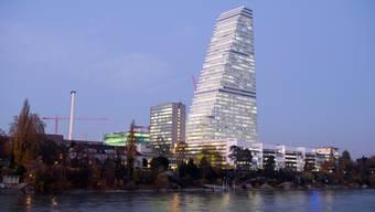 Fast so hoch wie der Roche-Tower in Basel: Die Börse erholt sich vom Kurssturz im März - zu den grossen Gewinnern gehören die Pharmatitel von Roche.