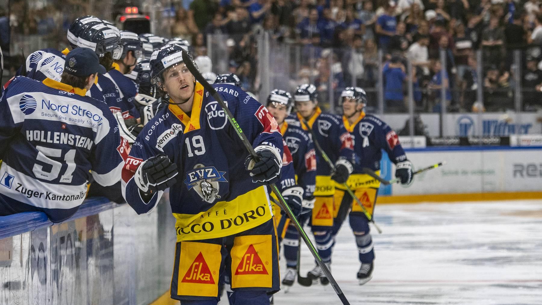 Die Zuger mit Niklas Hansson, mitte, feiern das 3:0 beim Eishockey Qualifikationsspiel der National League zwischen dem EV Zug und dem HC Davos am Dienstag, 7. September 2021 in Zug.
