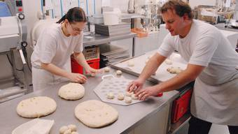 Daniela Bernet und Thomas Osterwalder formen den Kuchen.  WAL