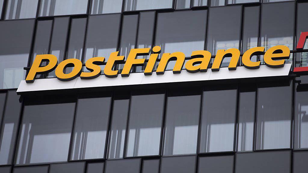 Immer mehr Schweizer Banken denken über die Weitergabe der Negativzinsen an ihre Kunden nach. Die Postfinance hatte vor kurzem ihre Gebühren erhöht. (Archiv)