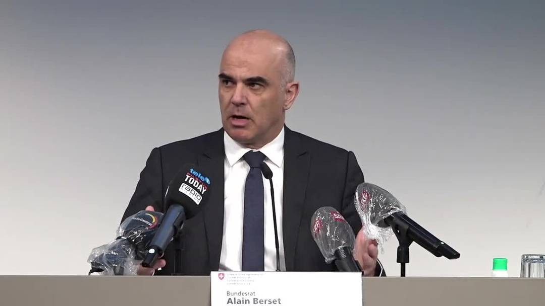 Bundesrat Alain Berset besucht Luzerner Drive-In für Coronatests