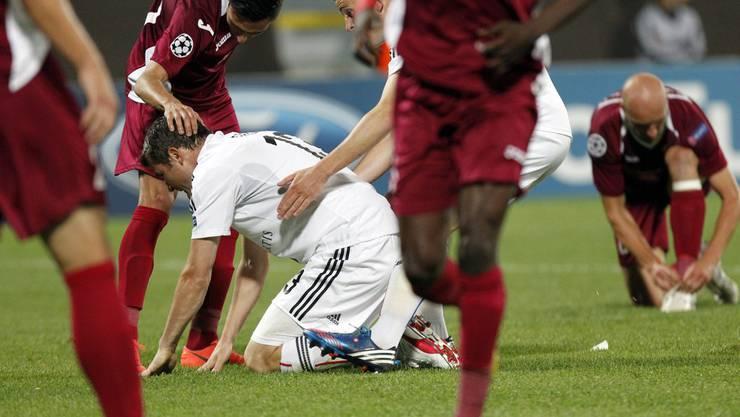 Bild mit Symbolcharakter: Rumänischer Spieler tröstet FCB-Frei