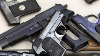 Gewehre und Pistolen bei einer freiwilligen Waffenabgabe in Zürich